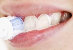 отбеливает зубы