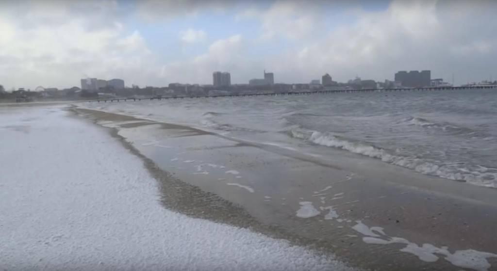 море в снегу