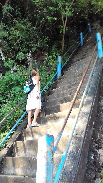 лестница к статуе будды